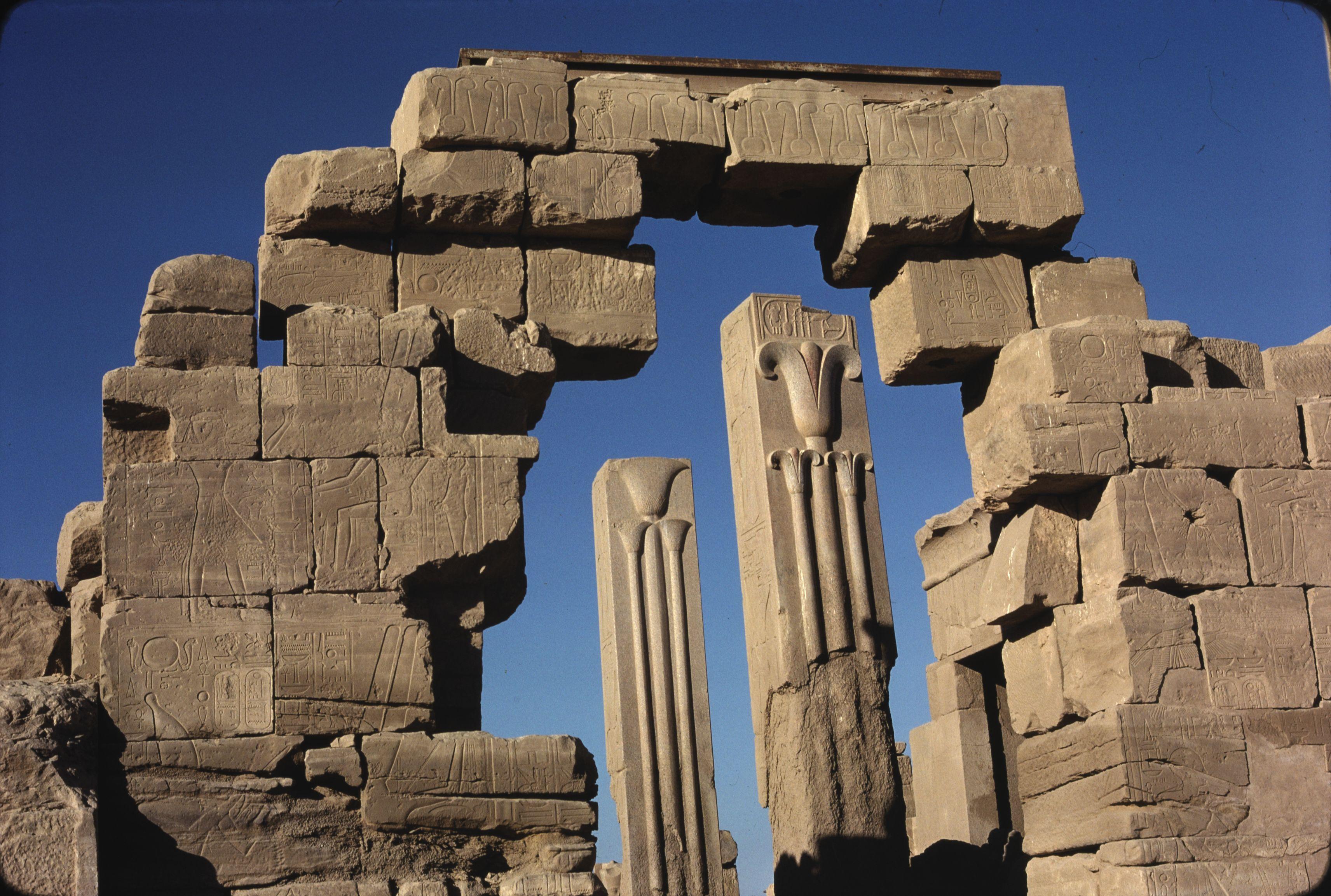 «Зал анналов» Тутмоса III. На гранитных столбах изображены символы Нижнего и Верхнего Египта –лилия и папирус
