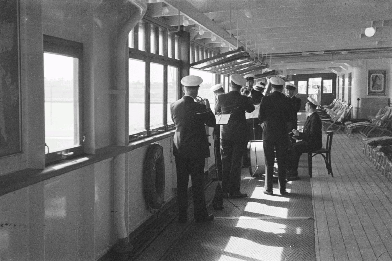 Корабельный оркестр на верхней палубе