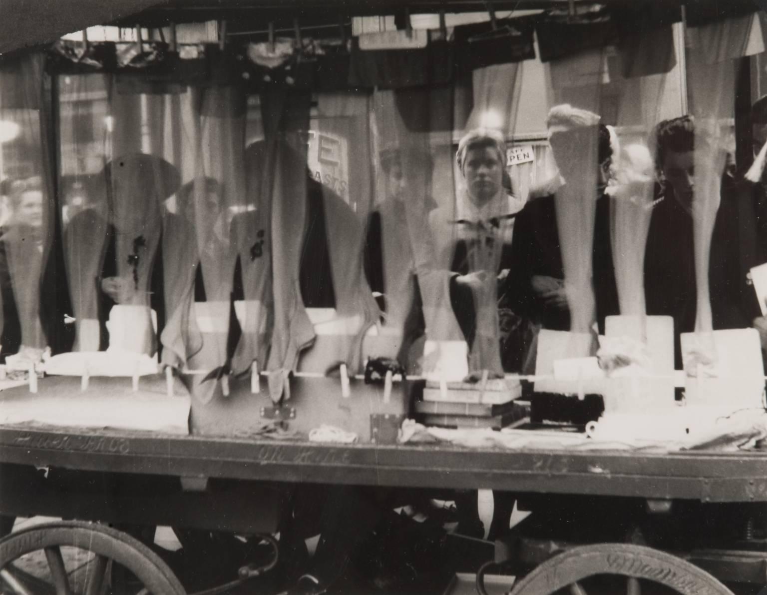 Рынок Петтикот-лэйн. Чулки. 1952