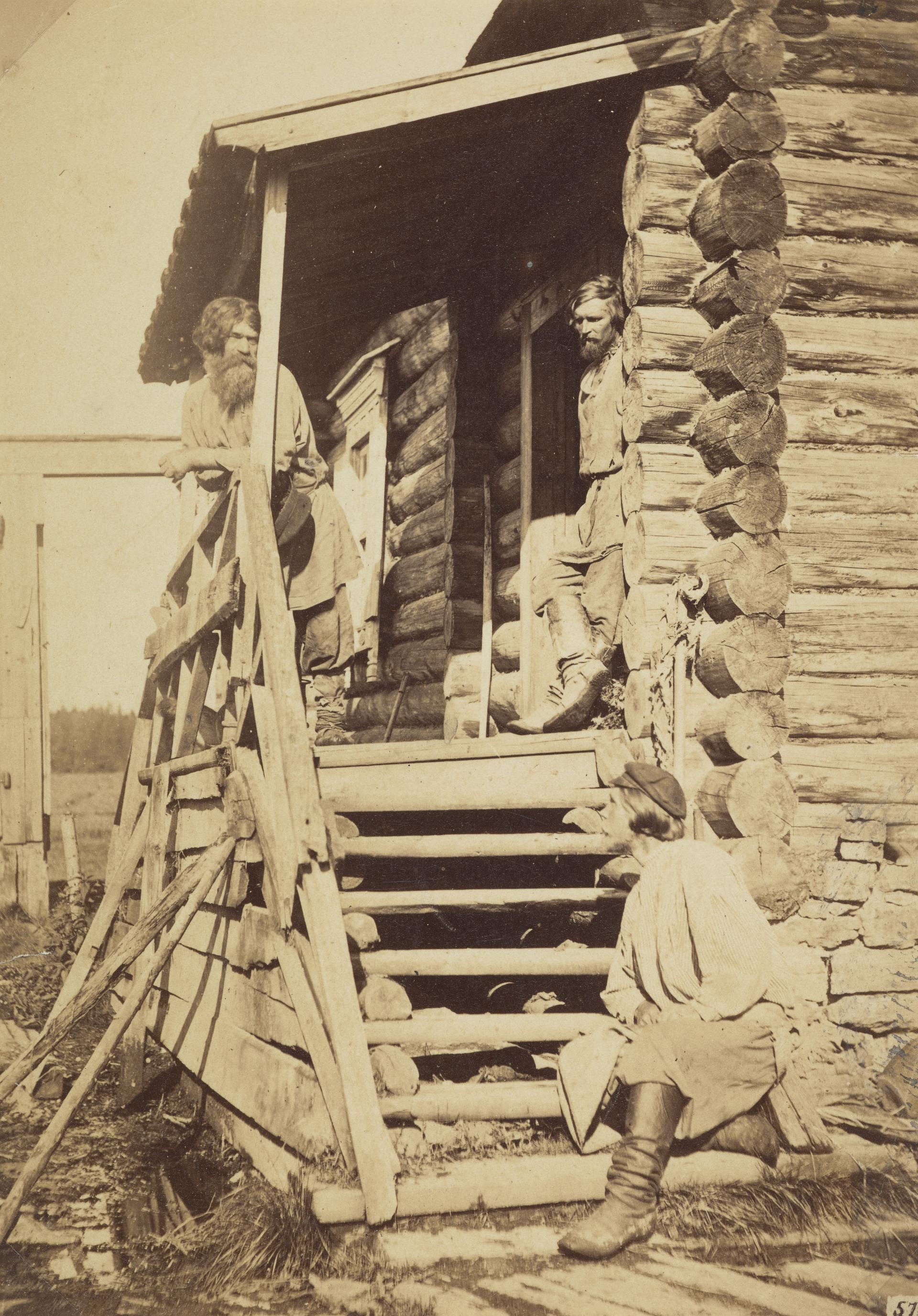 Три крестьянина на крыльце дома