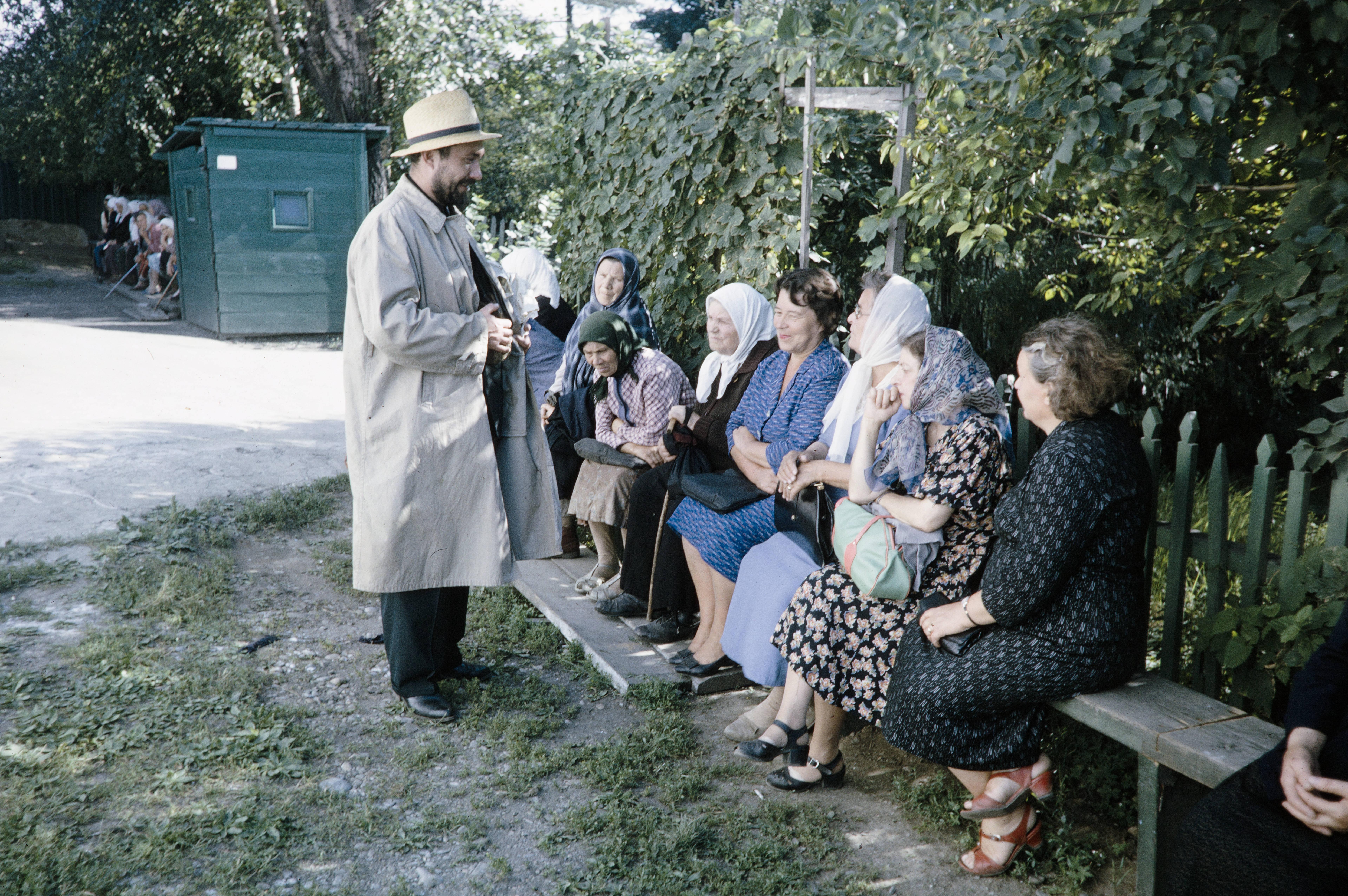 Священник говорит с прихожанами (возможно, что не Иркутск)
