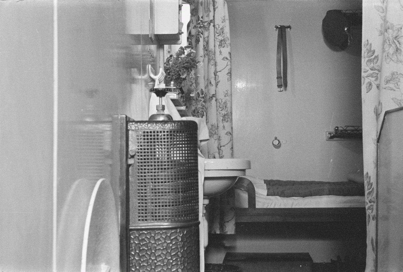 Каюта. Радиатор, раковина и кровать