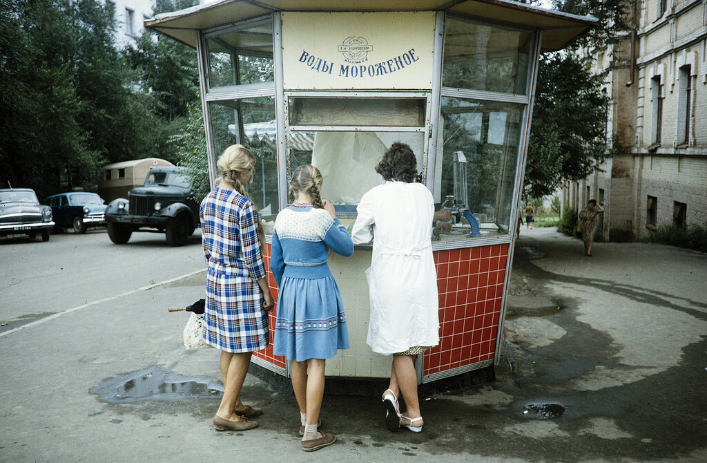 Russia, women at ice cream stand in Khabarovsk