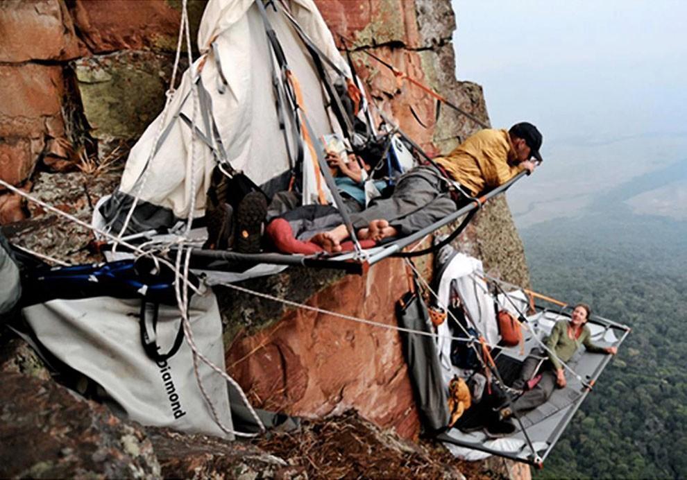 0 1806a8 e1018e38 orig - Ночевка альпинистов на отвесной скале