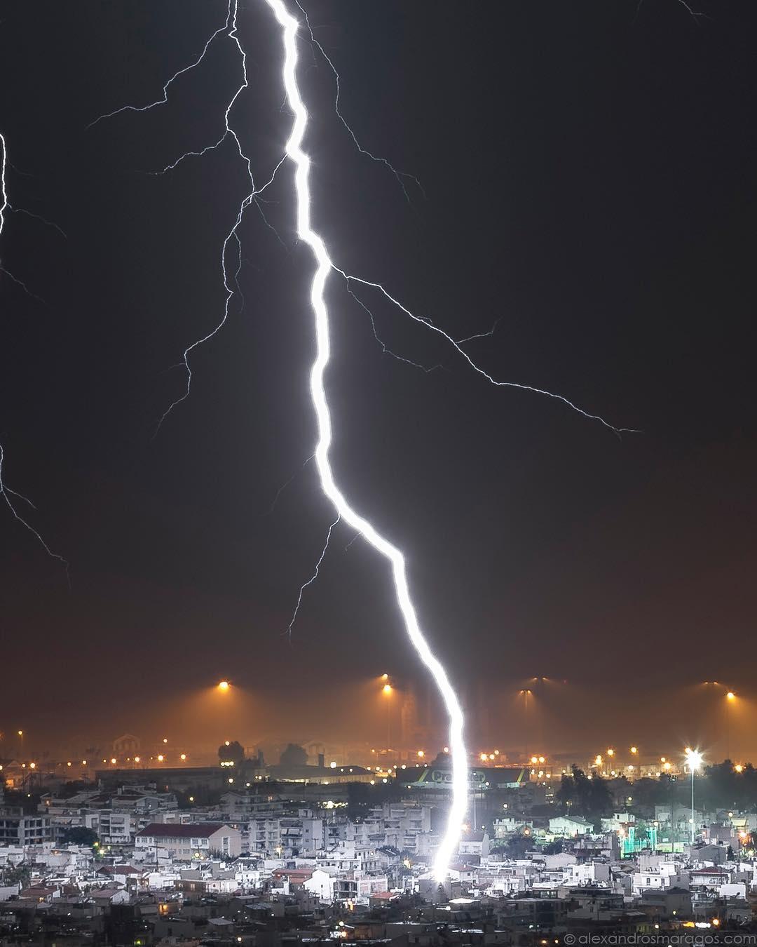 Прямой удар молнии в городе Патры, Греция. Март 2018 Фотограф Alexandros Maragos