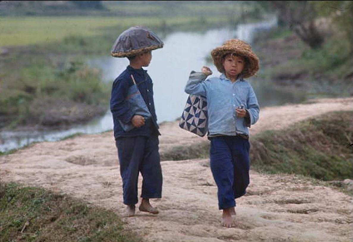Босоногие дети идут в школу