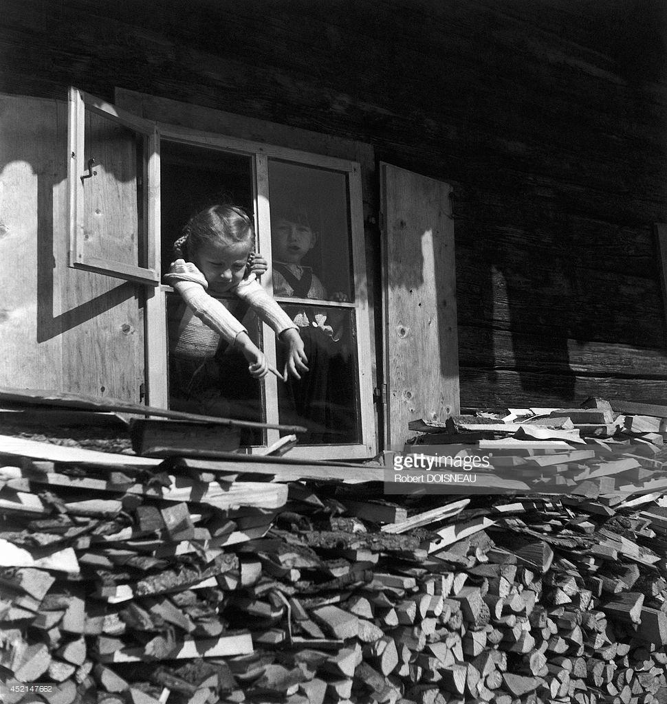 1946. Дети в окне шале в Тироле, Австрия