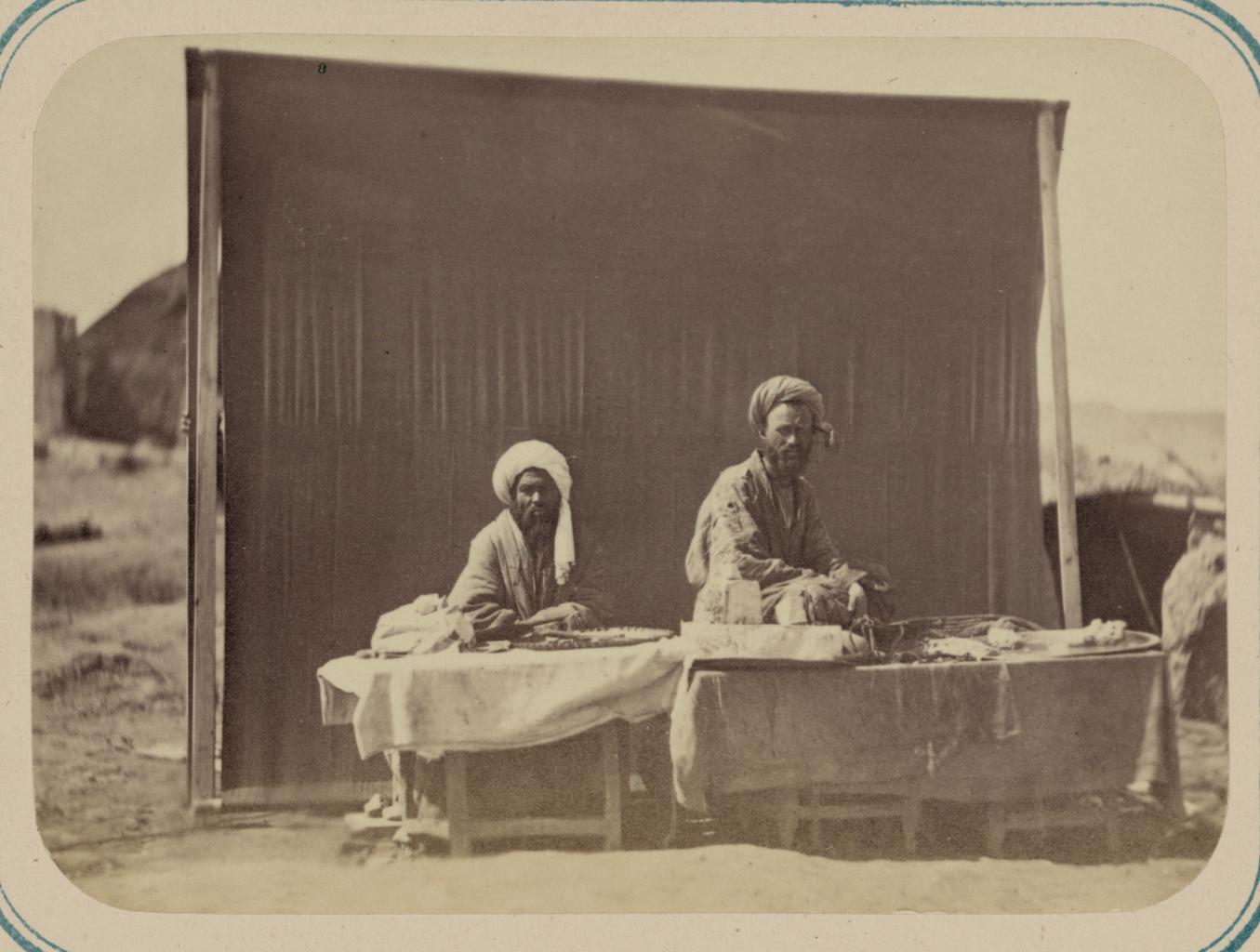 Сцены на самаркандской площади (Реджистан) и ее базарные типы. Продавец халвы