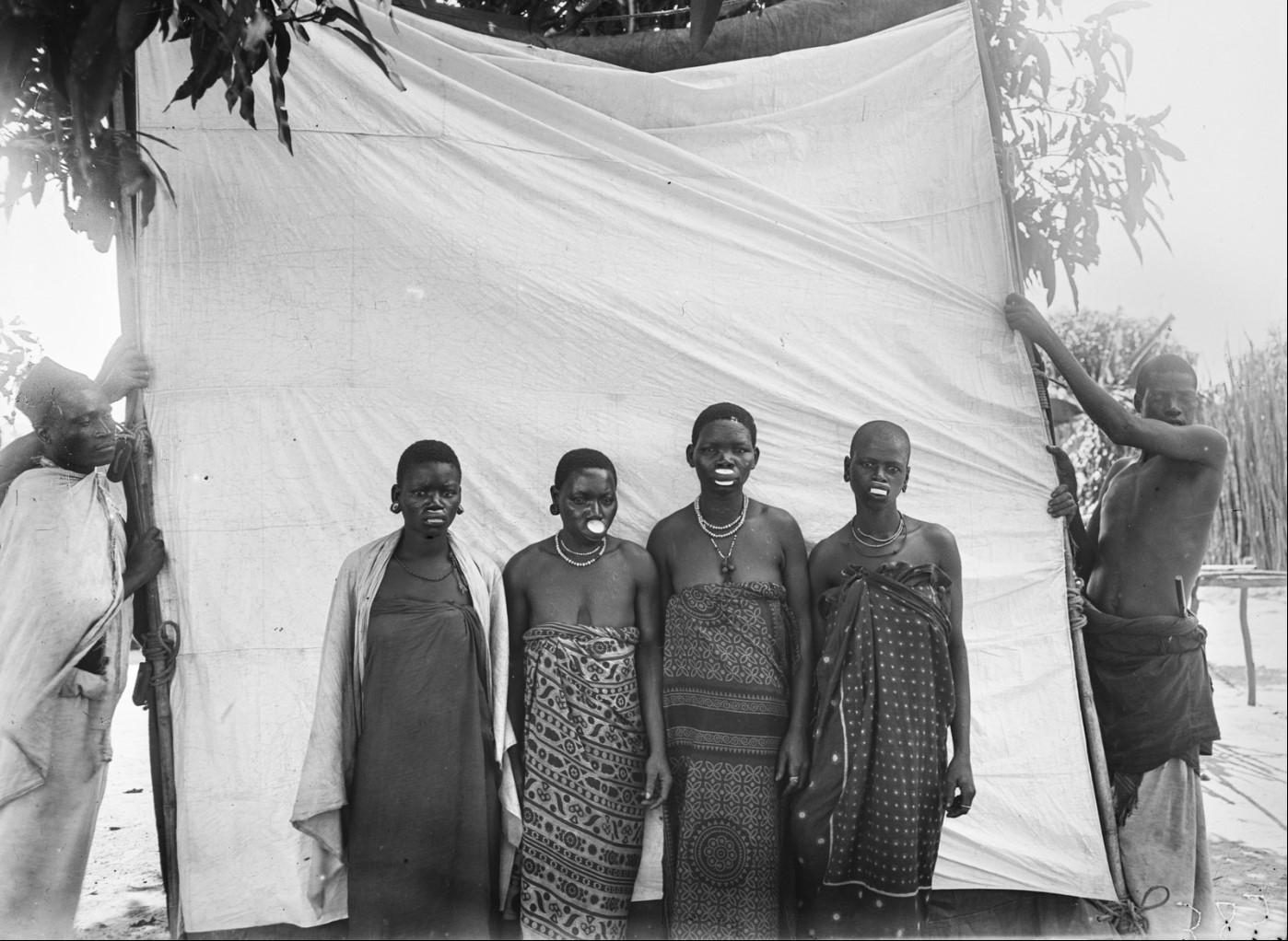 25. Антропометрическое изображение четырех женщин маконде