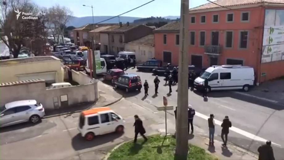 В супермаркете на юге Франции неизвестный захватил заложников (видео)