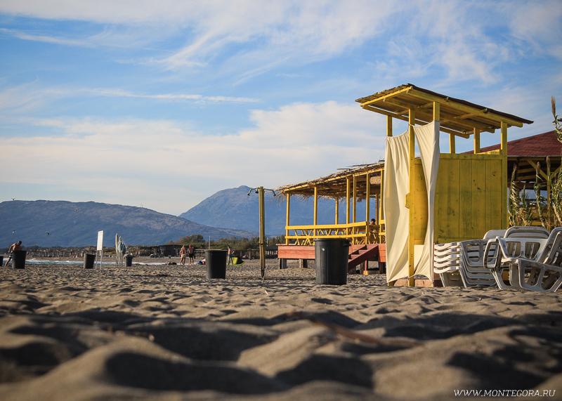 На пляже работает кафе, где можно перекусить или выпить
