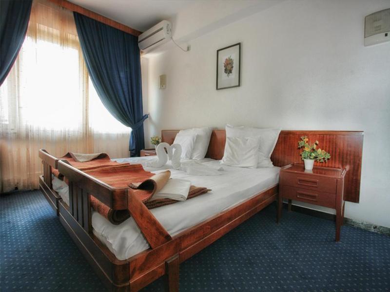 Отель Альбатрос построен в советское время и напоминает санаторий