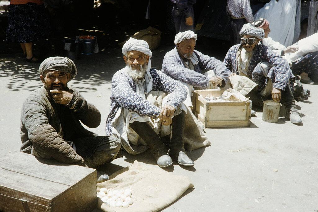Uzbekistan, merchants at Samarkand market