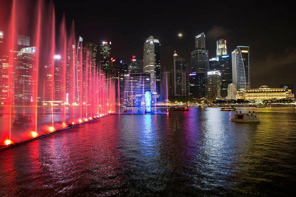 Сингапур вечером. Лазерное шоу на набережной Марина Бэй.