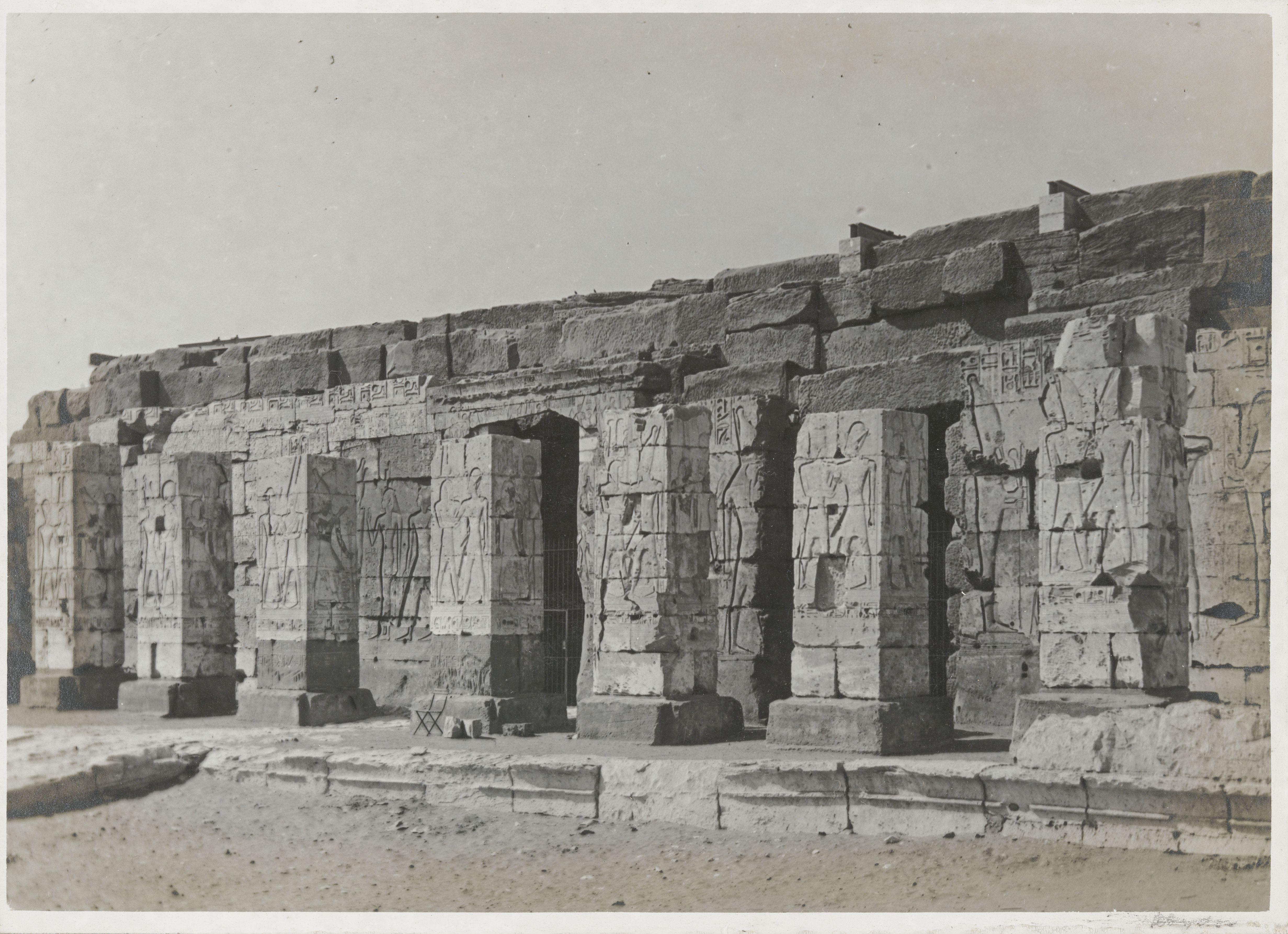Абидос. Поминальный храм Сети I. Второй двор, колонный зал перед главным входом. Рельефы показывают Рамсеса с богами