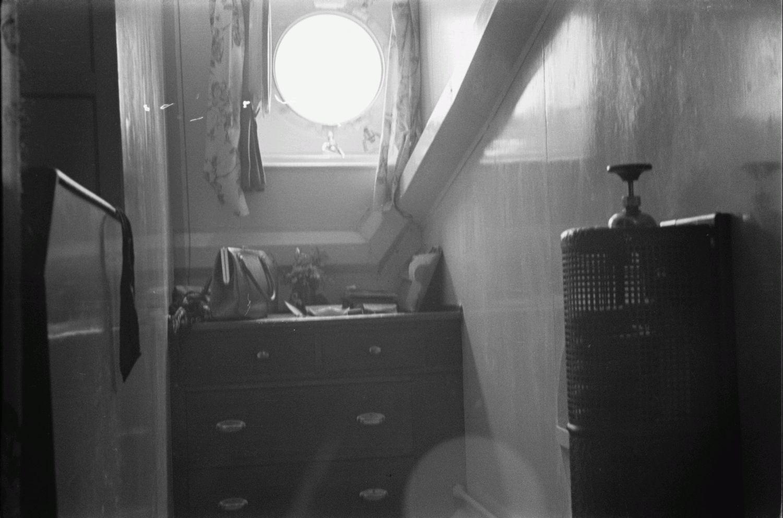 Каюта. Радиатор, комод и иллюминатор