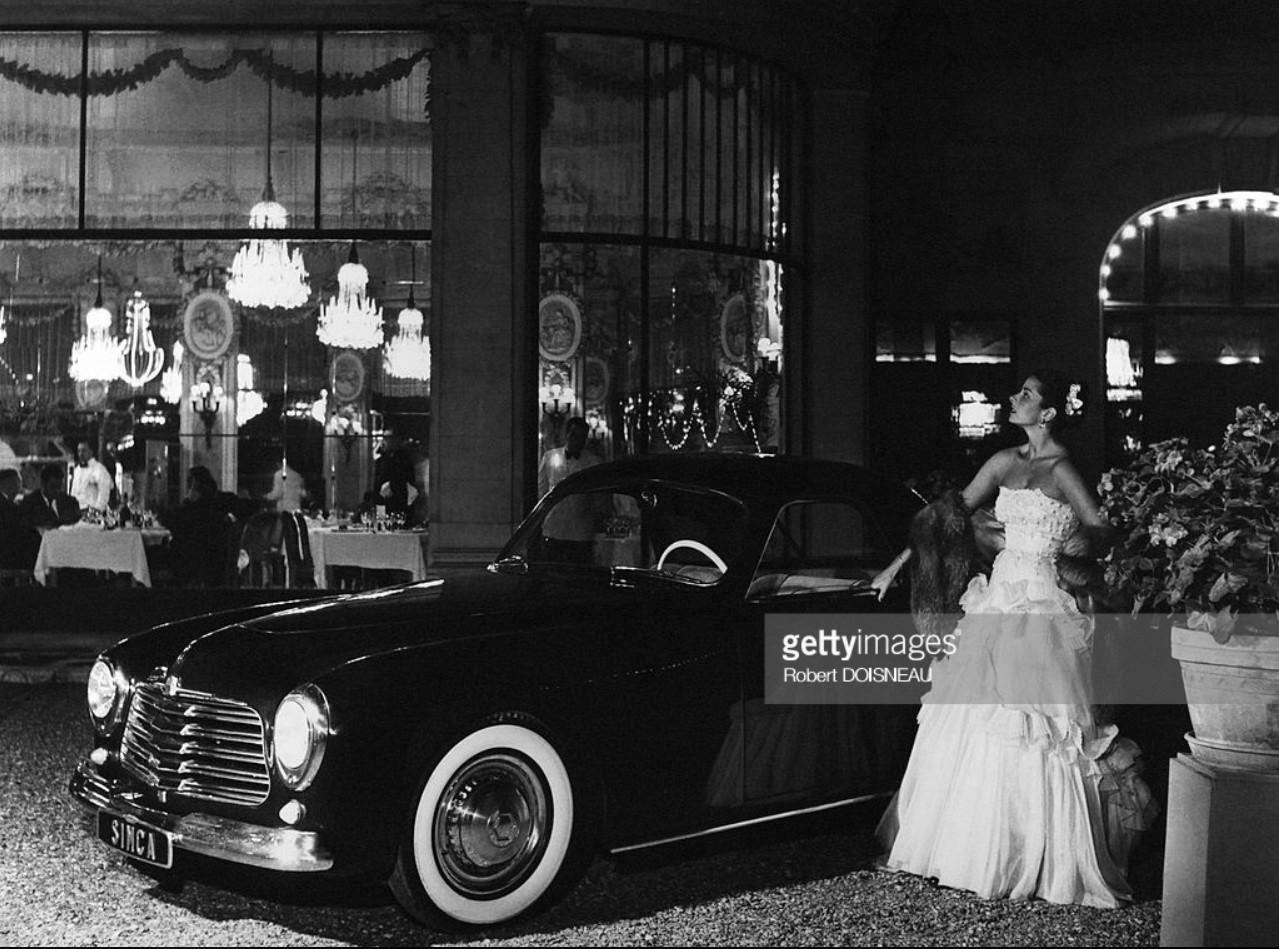1950. Модель перед рестораном возле автомобиля Симка
