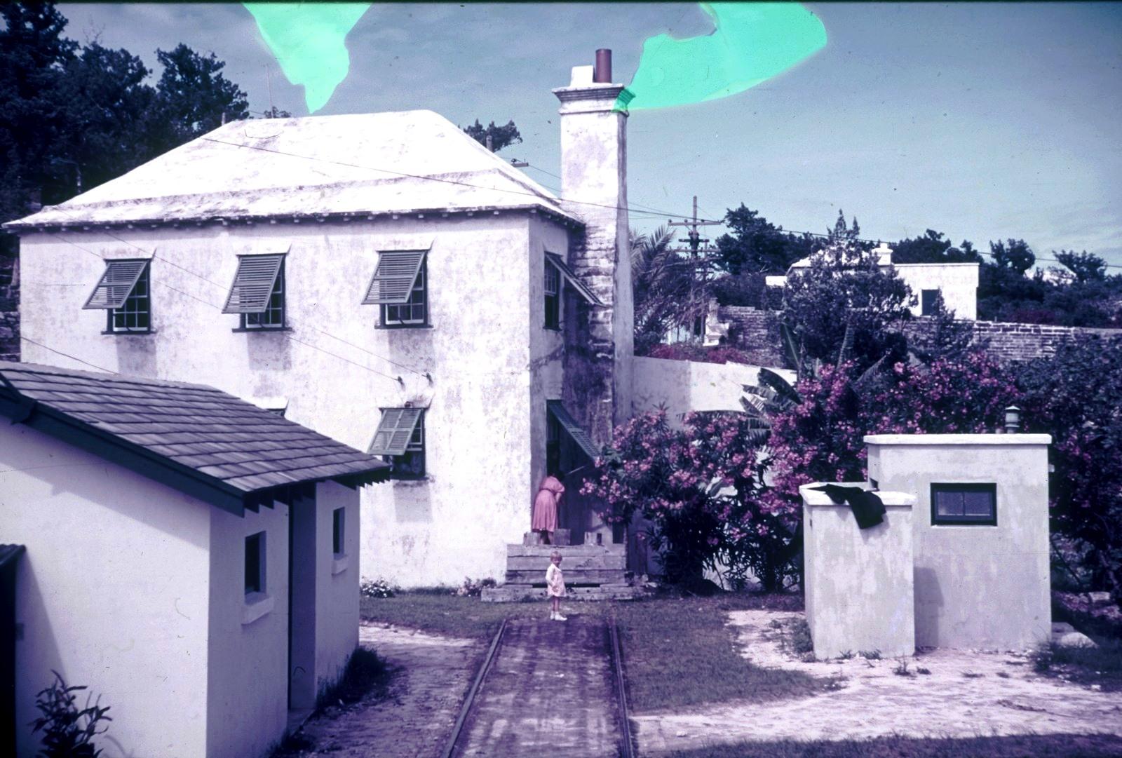 Бермудские острова. Гамильтон. Жилой дом с цветущим олеандром. Вид с платформы бермудской железной дороги