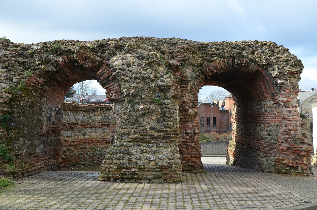 Balkerne_Gate,_a_1st-century_Roman_gateway_in_Camulodunum,_it_is_the_largest_surviving_gateway_in_Roman_Britain,_Colchester,_Great_Britain_(23282941975).jpg