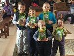 В воскресенье 25 марта в воскресной школе Троицкого храма в Чижах деревни Часовня прошла акция Кормушка для птиц, в которой участвовали воспитанники и прихожане храма