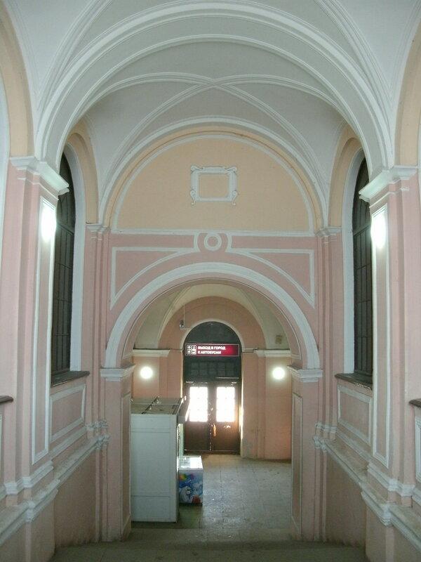 Отсутствие подвеса на своде обеспечивает визуальное единство надлестничного пространства.Железнодорожный вокзал «Ораниенбаум-1», март 2018 года.
