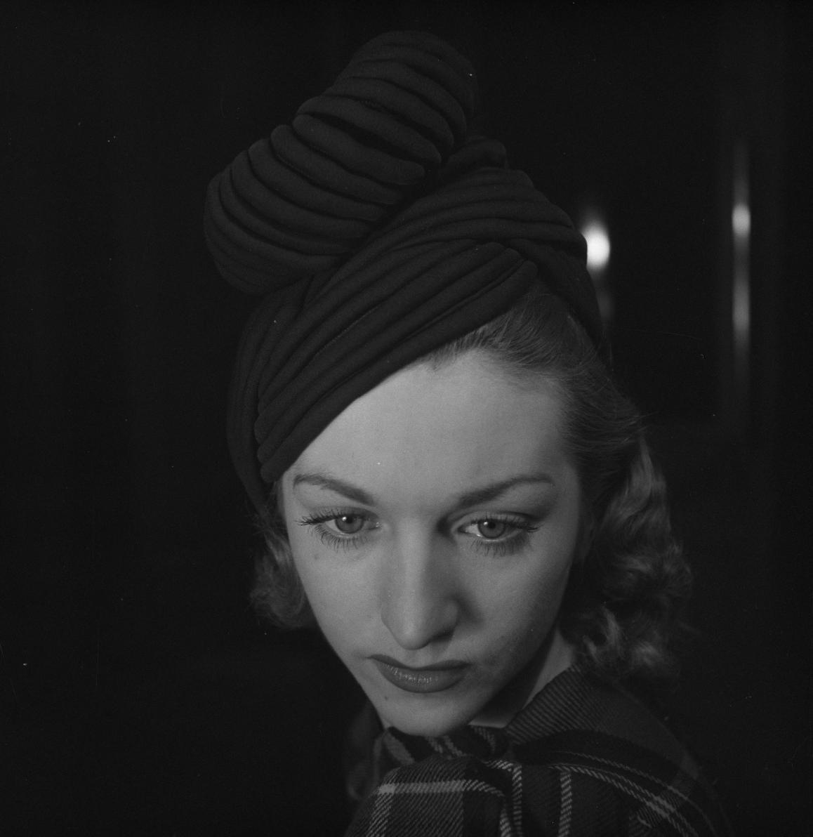 31. Женщина примеряет шляпу
