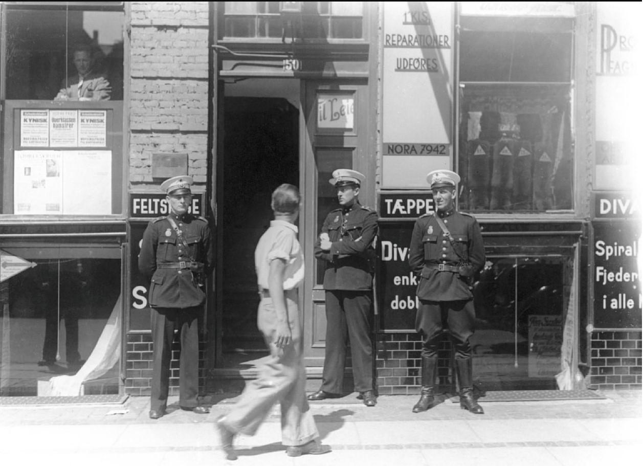 1941. Полицейские на Гриффенфельдцгаде 50 в Копенгагене - штаб-квартире коммунистической партии. Арест ведущих членов коммунистической партии. 22 июня