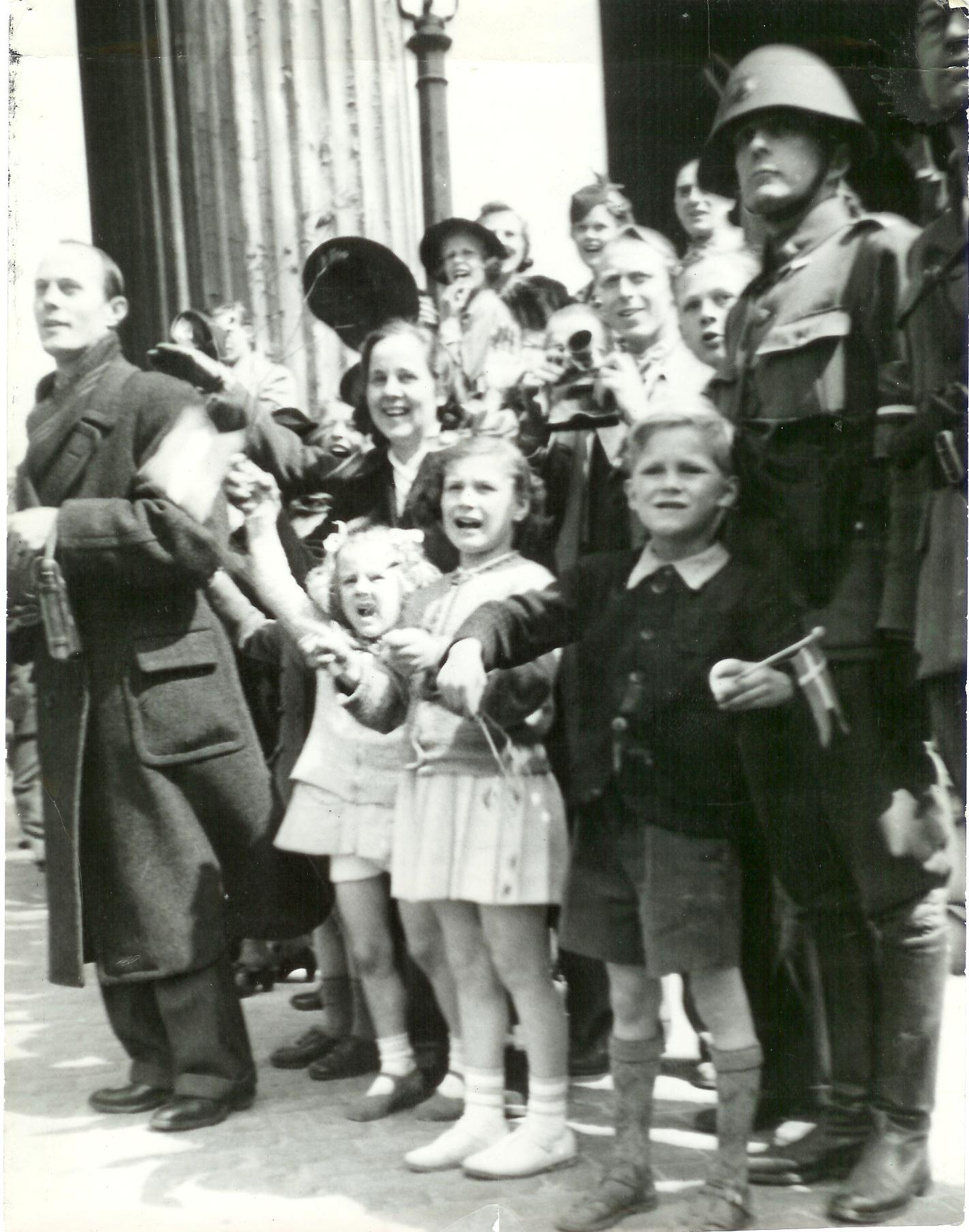 1945. Восторженные люди с флагами возле Фор Фруэ Кирка