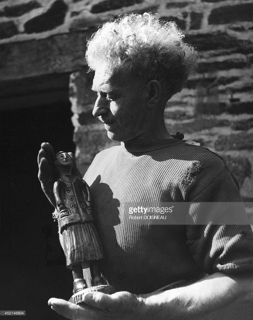 1942. Башмачник демонстрирует статуэтку, которую он создал