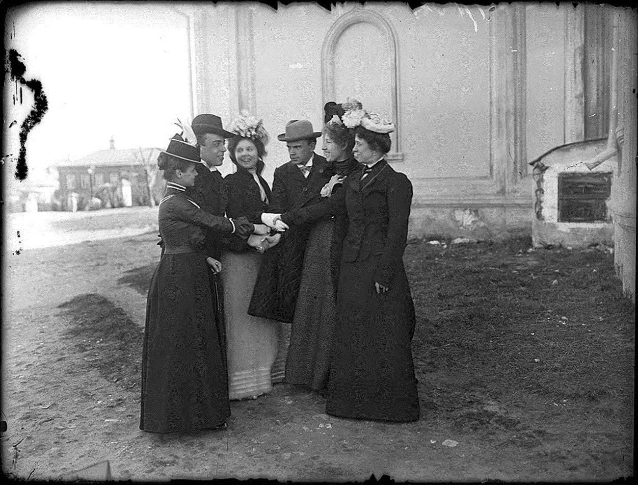 Михаил Иванович Комаров с выпускниками Музыкально-драматического училища во дворе церкви Введения близ Новинского вала. Около 1901