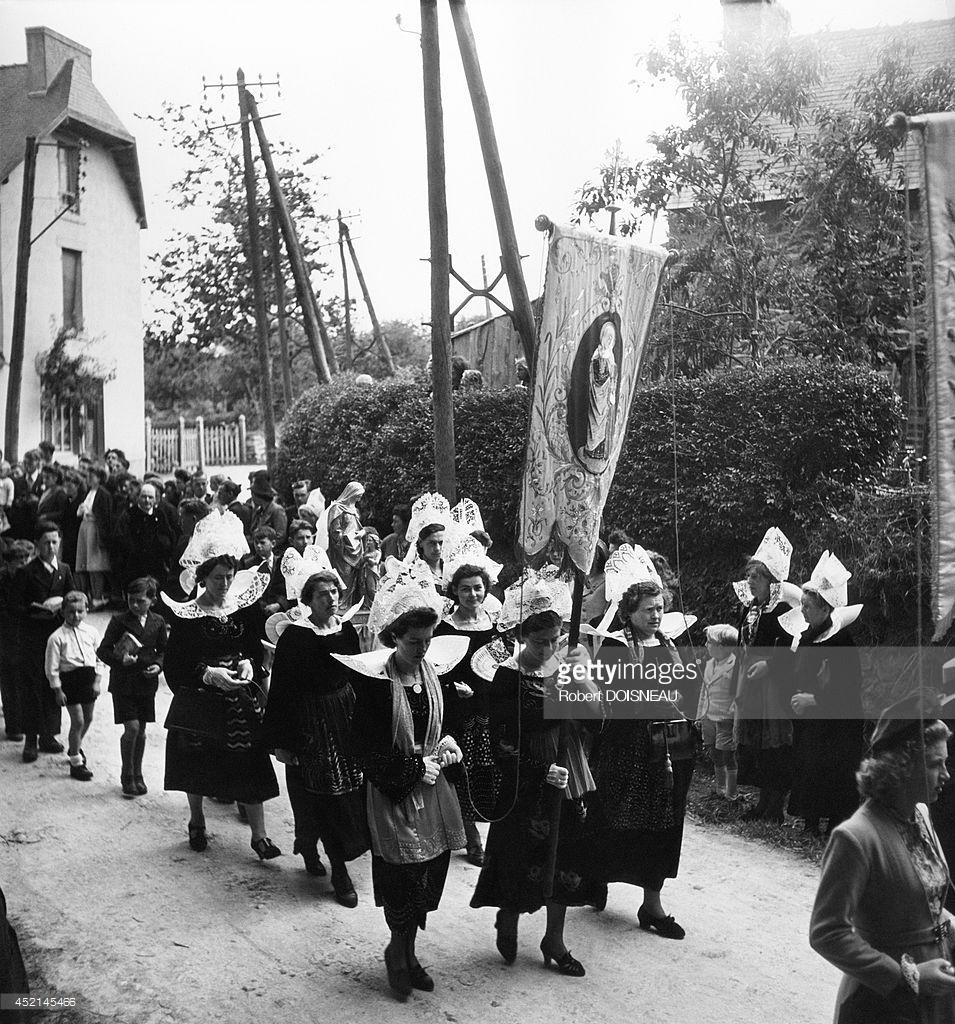 1944. Бретонки в традиционных костюмам во время религиозной церемонии