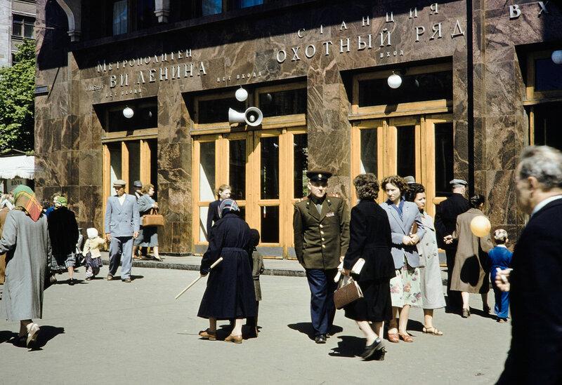 1959 Вход в метро. Harrison Forman.jpg