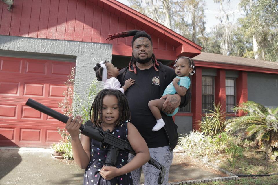 Американец забрал детей из школы и сам учит их, как заработать на криптовалюте и обращаться с оружие
