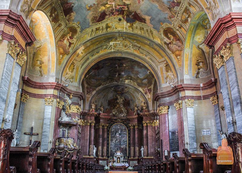 Интерьер Собора святого Иштвана богато украшен фресками