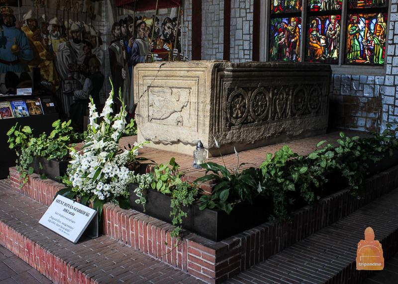 Саркофаг Святого Иштвана находится в холле Сада руин