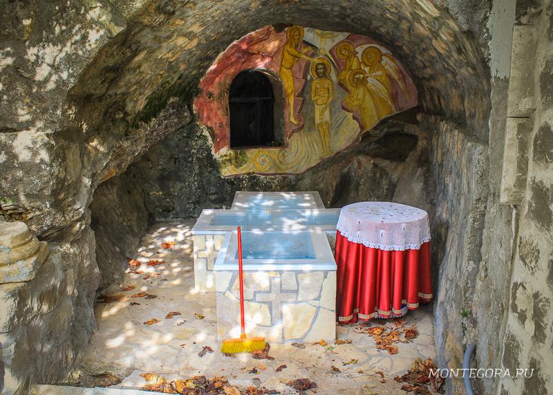 По легенде, первые христиане на Балканах прятались в пещерах монастыря