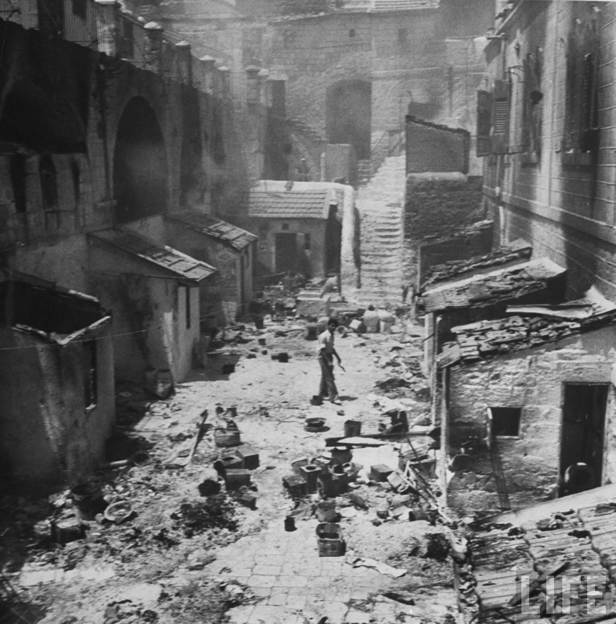 На улицах еврейского квартала после арабского разграбления еврейских домов. Иерусалим. Июнь