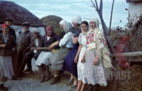 stock-photo-ukrainian-farming-peasants-in-full-costume-greet-german-soldiers-krim-kretsch-1942-11708.jpg