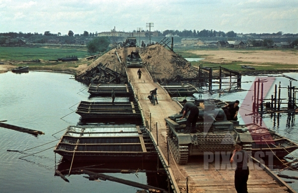 stock-photo-3rd-panzer-division-panzer-3-tanks-crossing-makeshift-pontoon-war-bridge-beresina-river-august-1941-12285.jpg