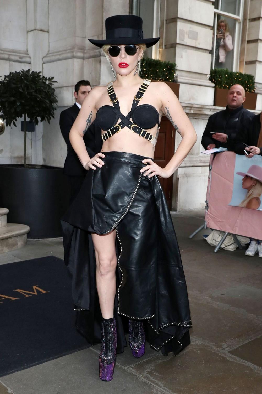 Леди Гага в экстравагантном наряде