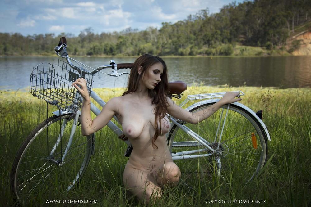 Голая Penni на велосипеде возле реки