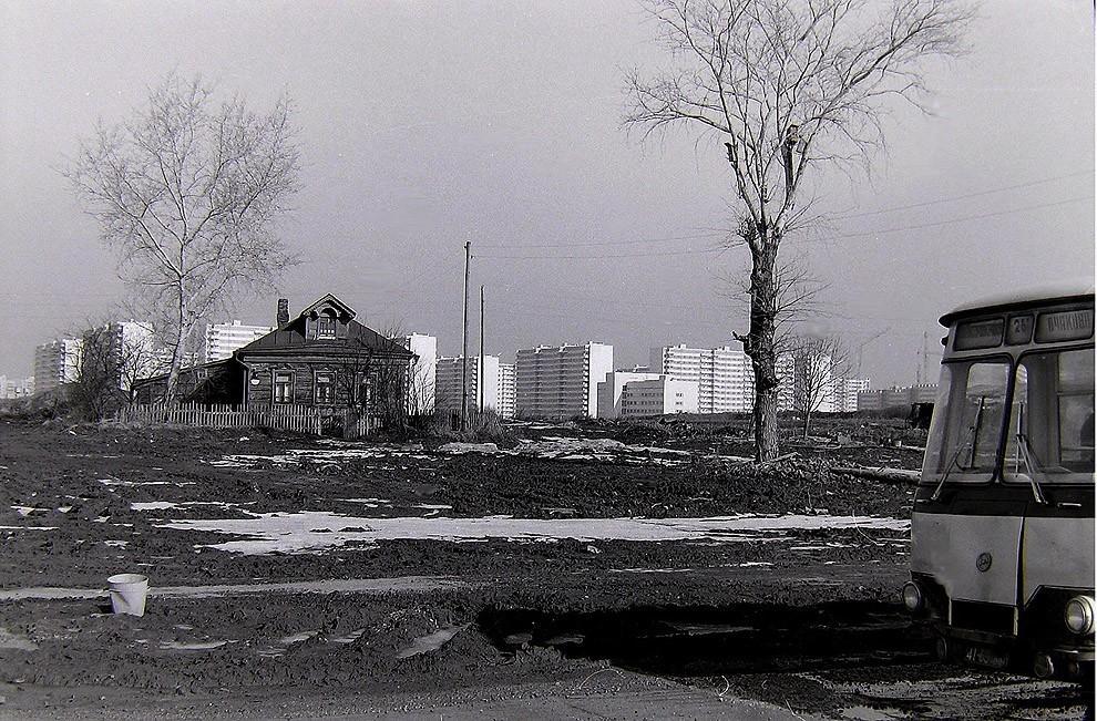 7. Москва, Юго-Запад, д. Никулино, на заднем плане Олимпийская Деревня. 1980 г.