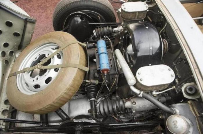 Автомобиль был оборудован фарами, стоп-сигналами, поворотниками и клаксоном, что позволяло использов
