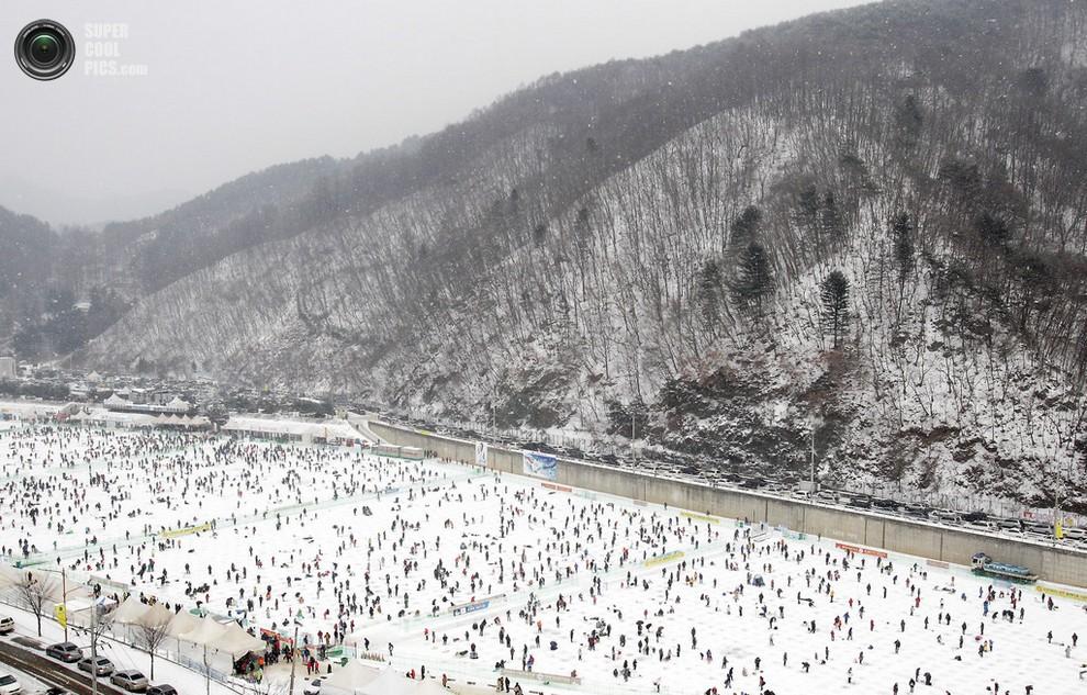 Туристы и местные жители рыбачат на обледенелой горной реке. (Chung Sung-Jun/Getty Images)