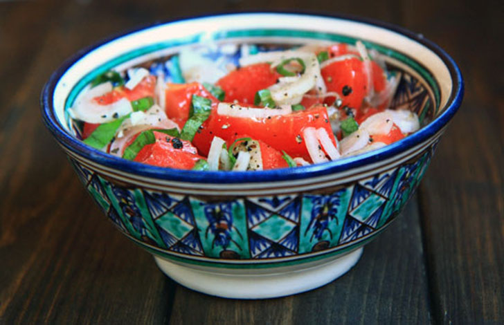 Салат «Ачик-чучук», также известный как «Ачичук», — это свежие помидоры, репчатый лук, чеснок и зеле