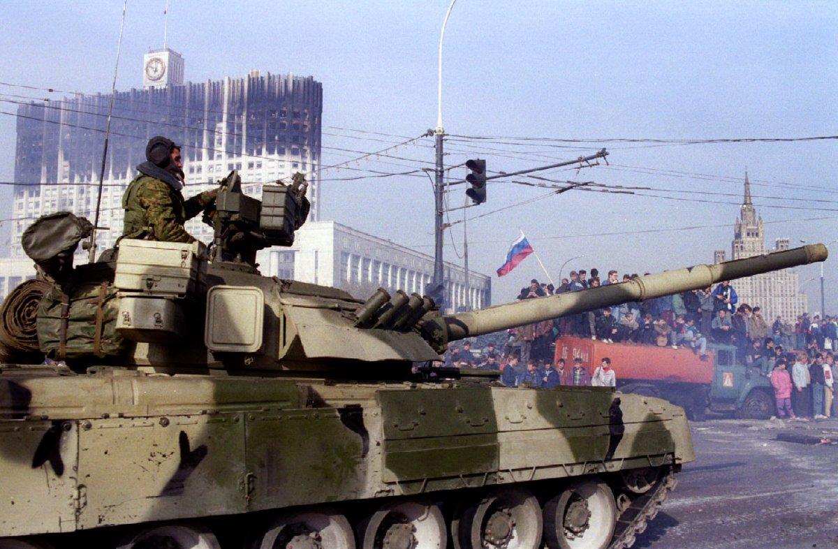 Российский танк покидает пост перед Белым домом, 5 октября 1993 года.