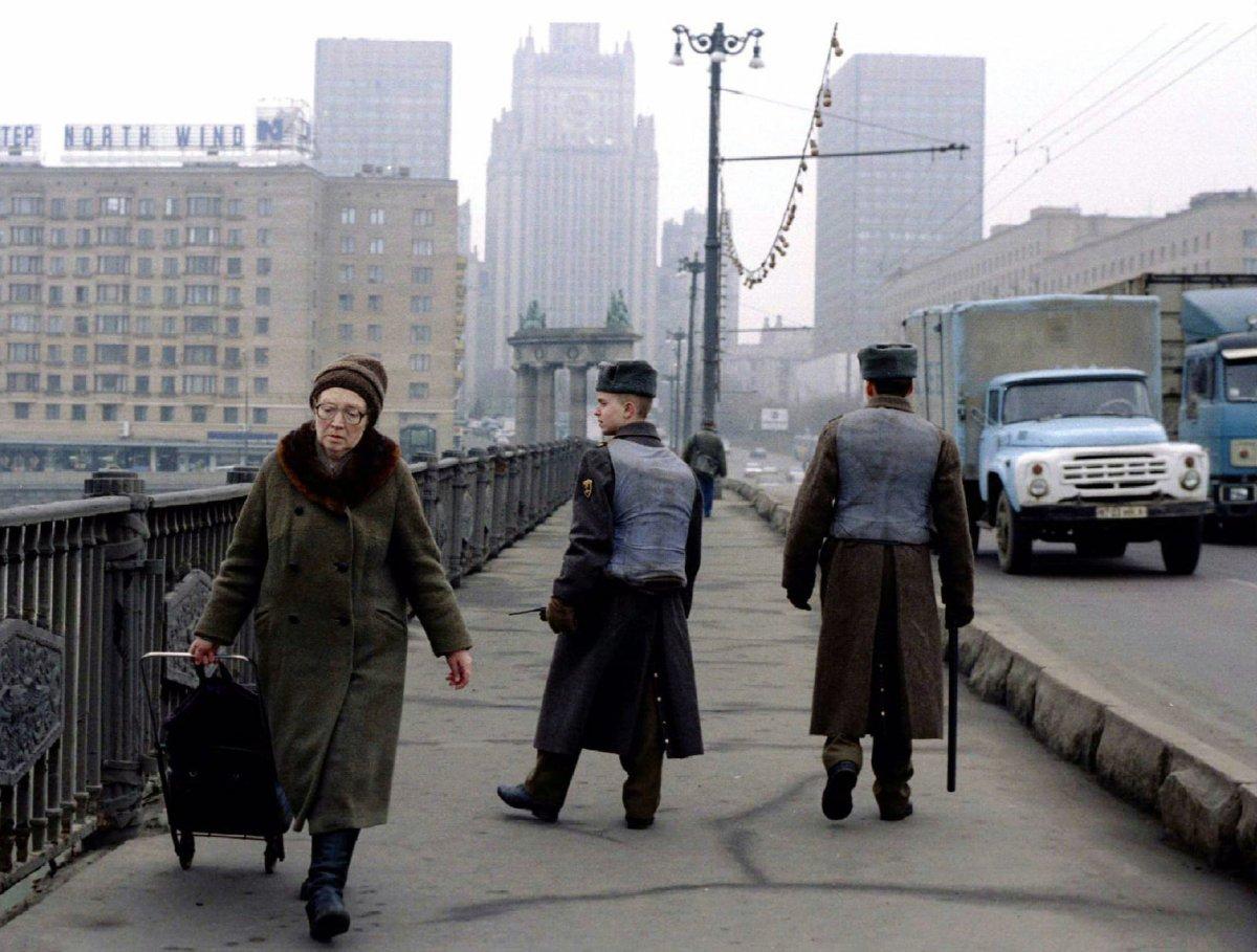 Солдаты, одетые в бронежилеты, патрулируют Бородинский мост в центре Москвы, март 1995 года.
