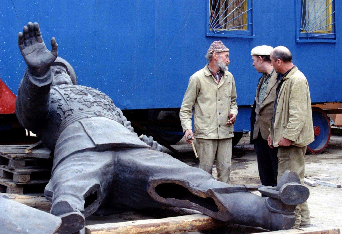 Рабочие около памятника Георгию Жукову, апрель 1995 года.