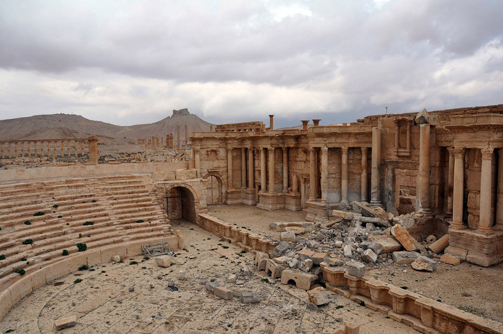 7. Боевики ИГИЛ взорвали центральную часть амфитеатра. Это разрушенный Римский амфитеатр в древ
