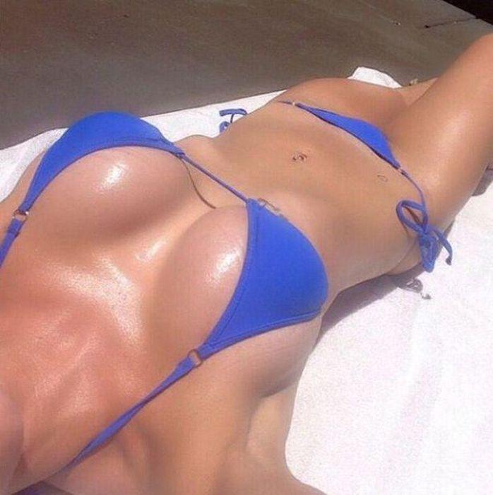 Девушки в купальниках делают селфи